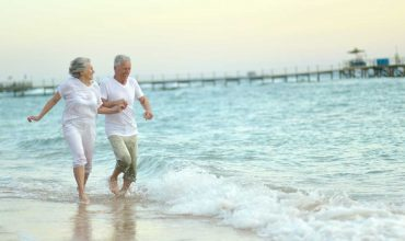 זוג קשישים בים בריאים וללא מחלות זקנה
