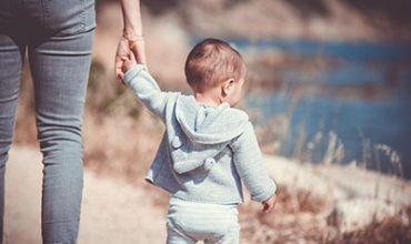 אם וילד מחזיקים ילדים אחרי טיפול בילדים