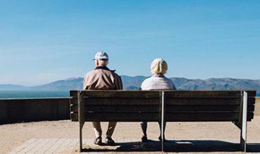 זוג קשישים לאחר טיפול במחלות זקנה