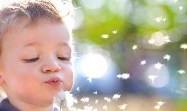 ילד נושף בפרח לאחר טיפול טבעי